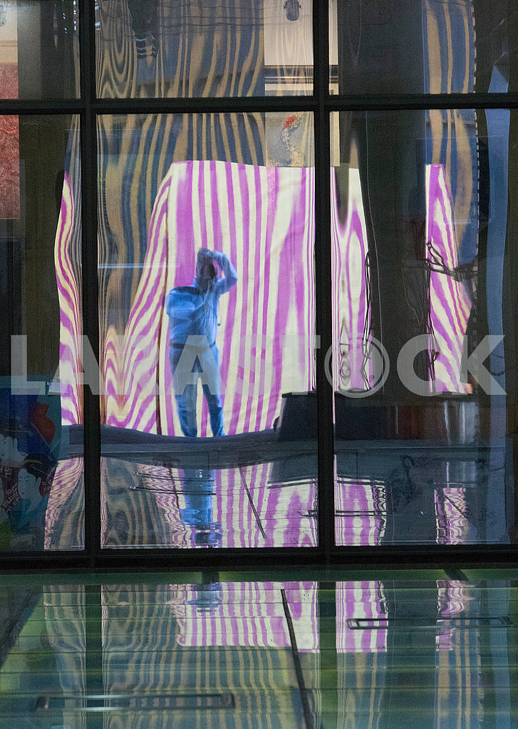 Reflection in a glass wall — Image 64084