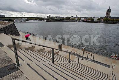 Женщина под зонтом на набережной Рейна