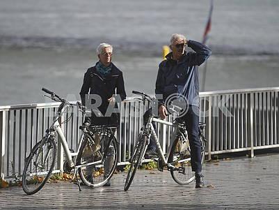 Велосипедисты на набережной Рейна