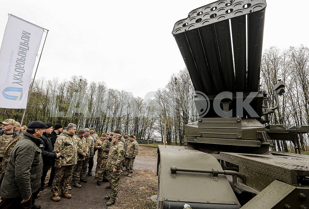 Порошенко осматривает военную технику — Изображение 64210