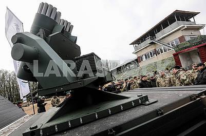 Порошенко осматривает артиллерийскую установку