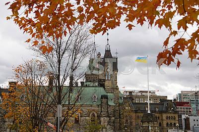 Здание парламента Канады осенью