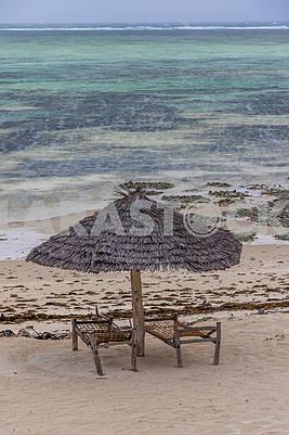 Соломенные зонты на пляже