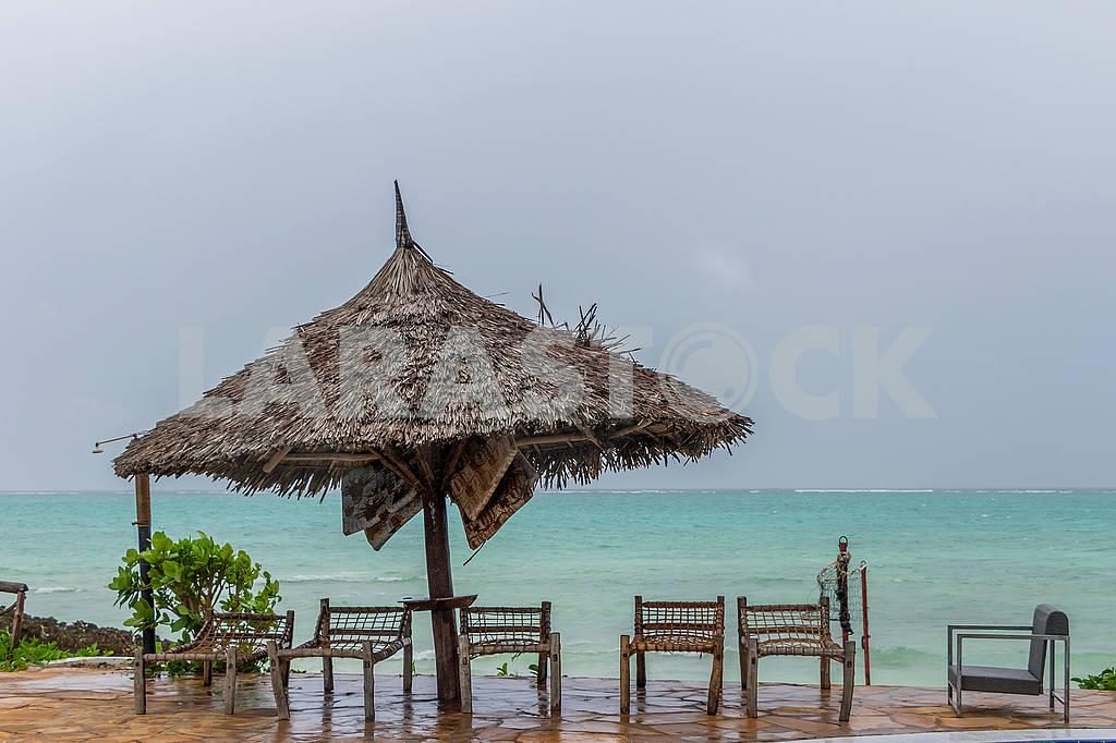 Straw umbrellas on the beach — Image 64373
