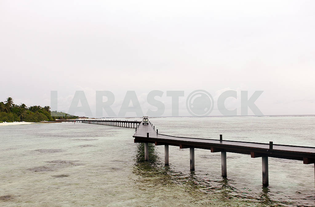 Wooden pier for a boat with tourists — Image 64434