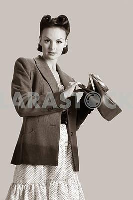 Изображение молодой игривой леди на высоком стуле