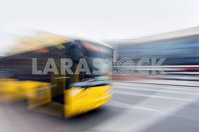 Желтый троллейбус в городе