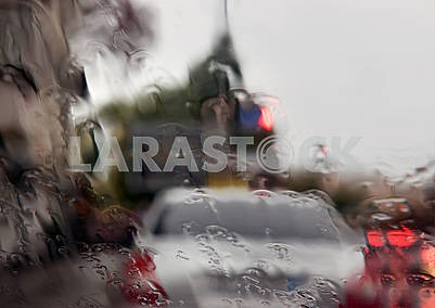 Дождь на передней панели автомобиля