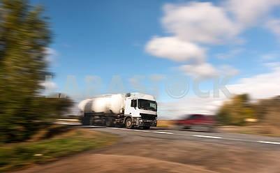 Белый танкер на проселочной дороге