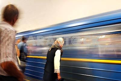 Пассажиров на станции метро.