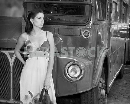 Красивая девушка на фоне автобуса