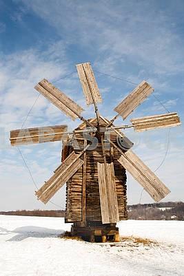 Старая деревянная мельница в солнечную погоду