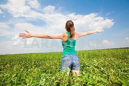 Молодая девушка , наслаждаясь летом