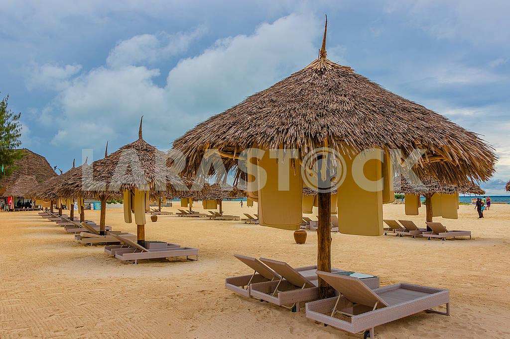 Зонты из соломы на пляже — Изображение 65205