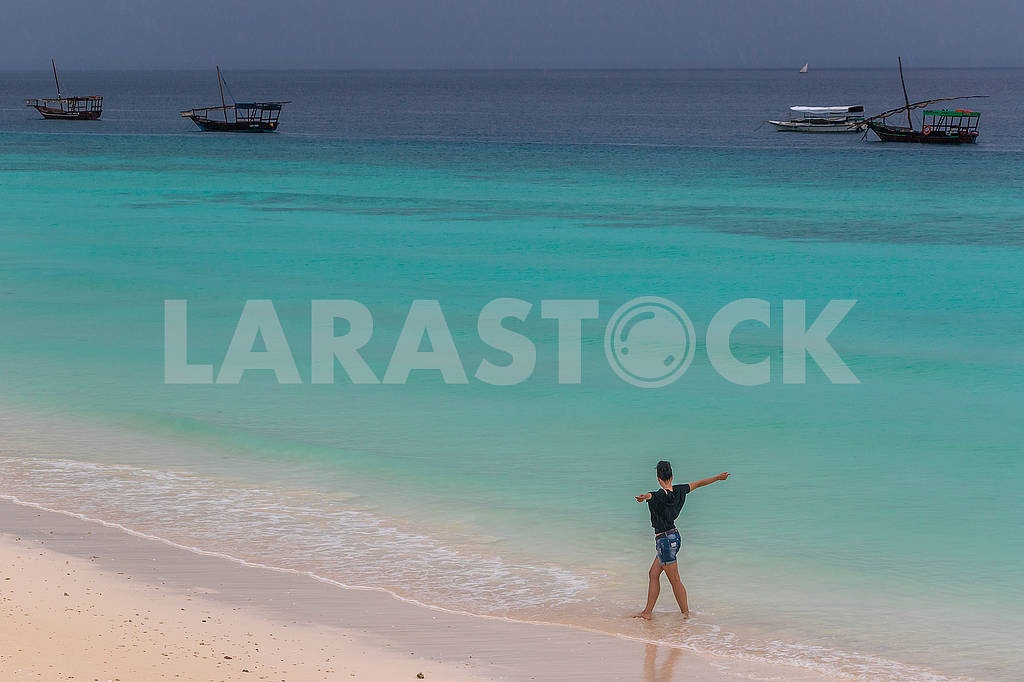 Girl on the Indian Ocean coast — Image 65317