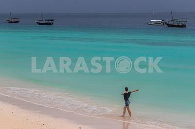 Девушка на берегу Индийского океана