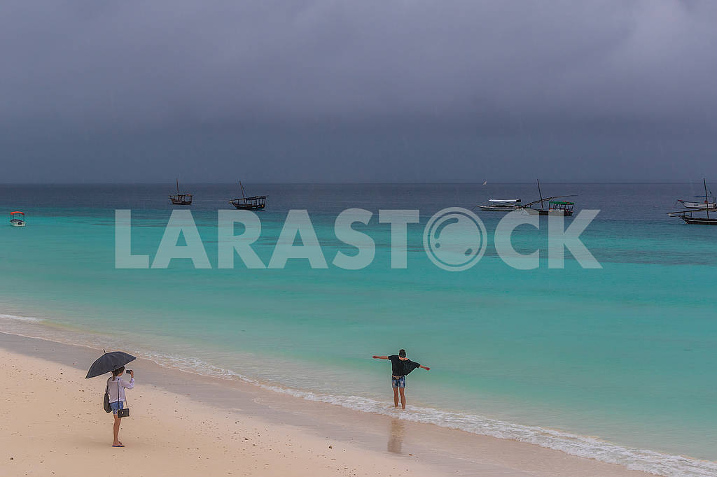 Holidaymakers and fishing boats — Image 65319