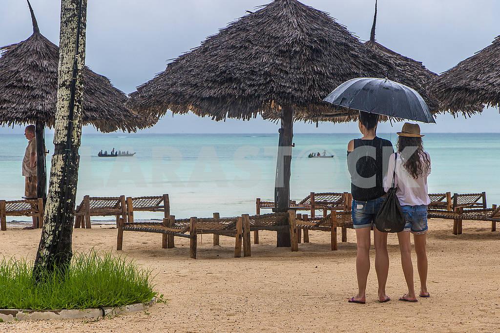 Tourists under an umbrella — Image 65320