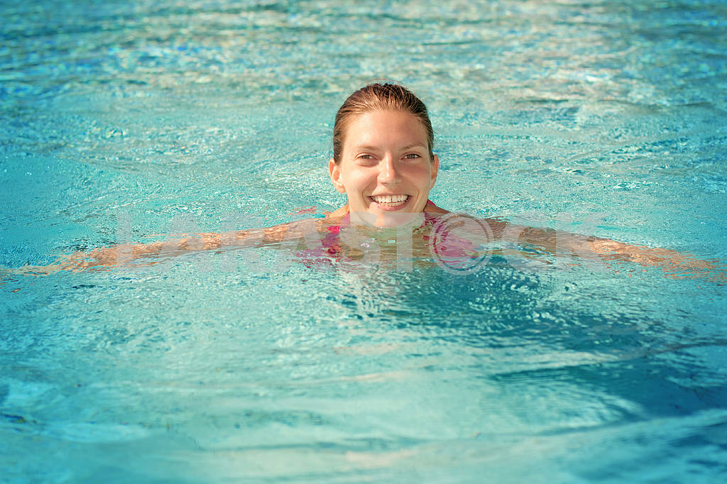 Girl swims in the pool — Image 6538