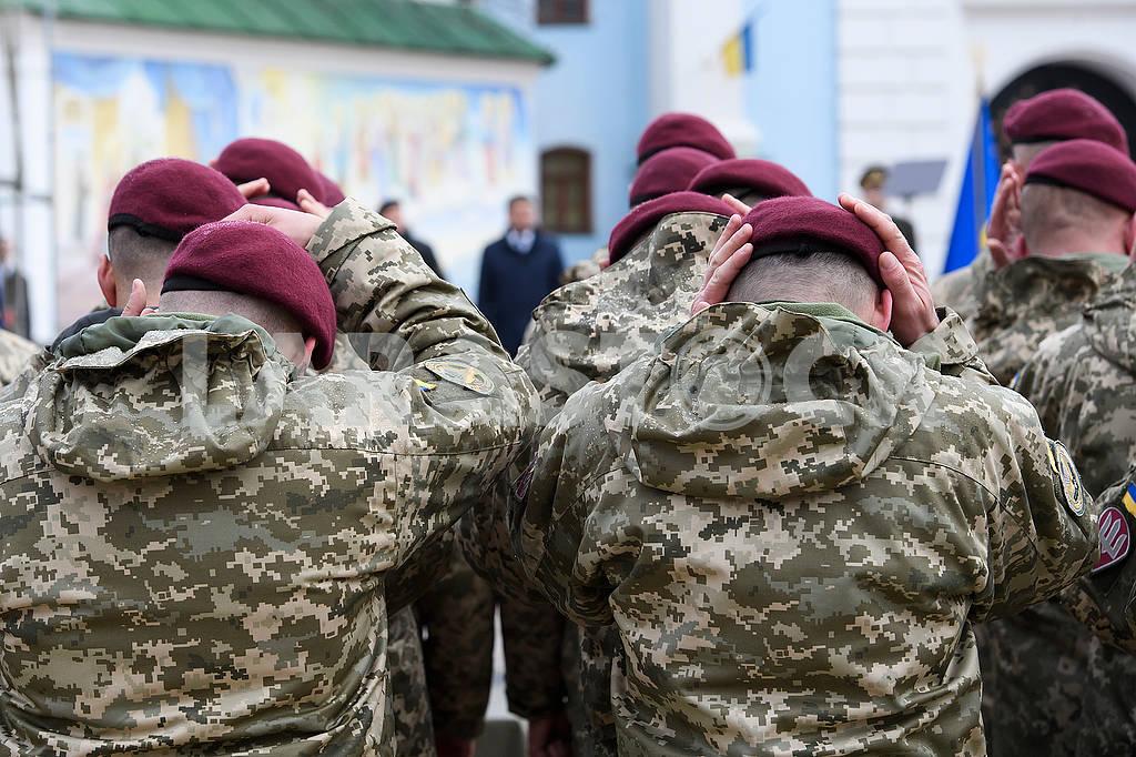 Marines tried on maroon berets — Image 65413