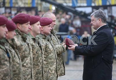 Petro Poroshenko and paratroopers