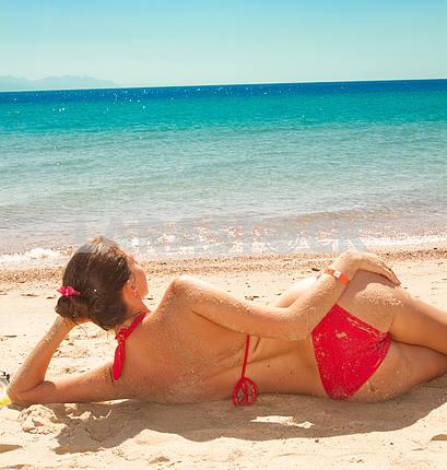 Молодая женщина, наслаждаясь Солнечный день на тропический пляж