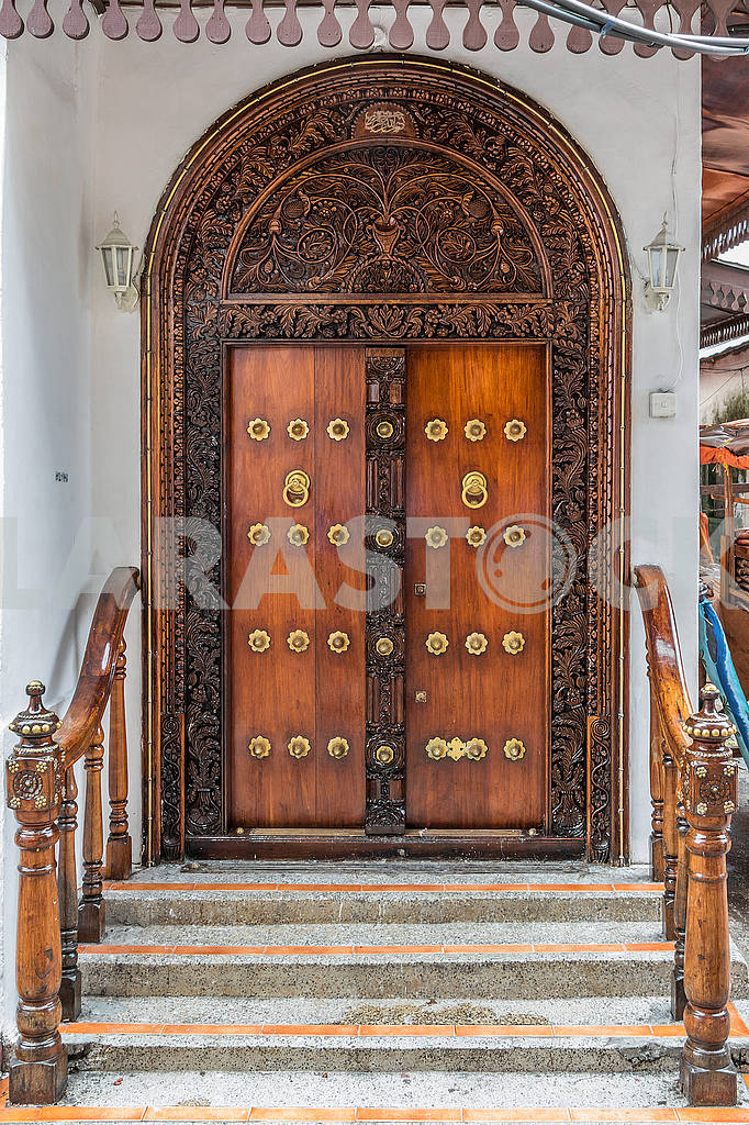 Porch and carved doors — Image 65583