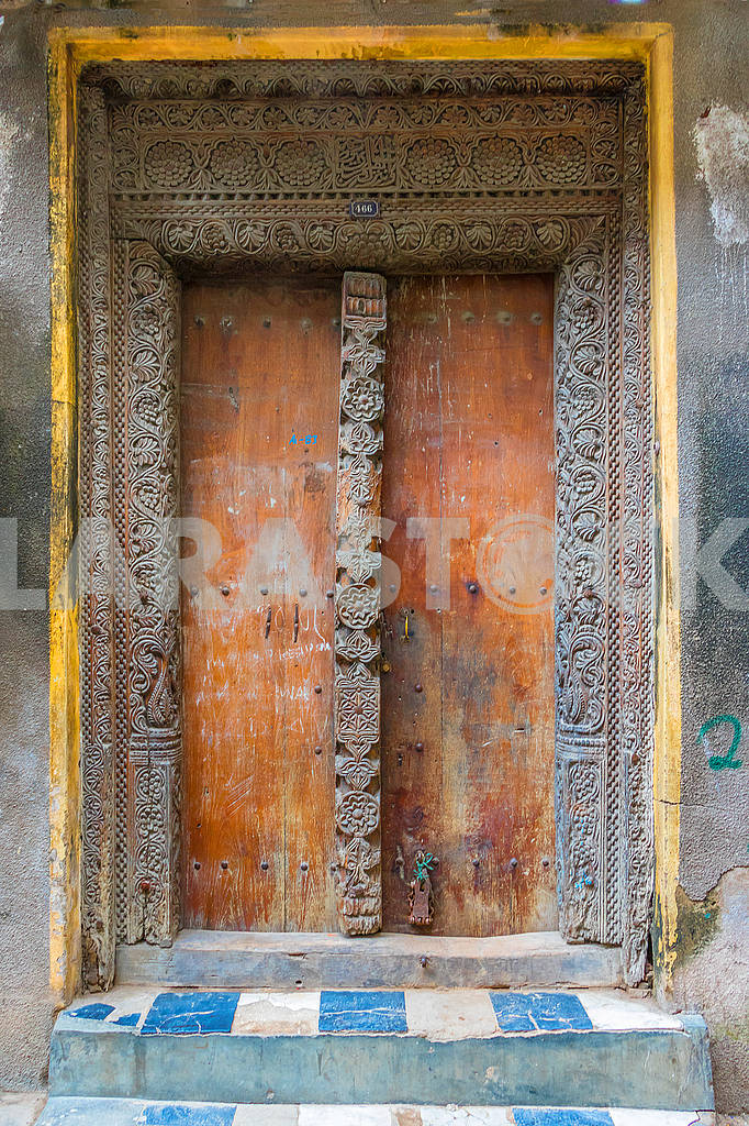 Carved platbands on the doors — Image 65585