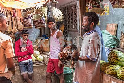 Продавцы на рынке в Занзибаре