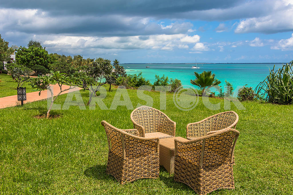 Wicker chairs on the grass — Image 65683