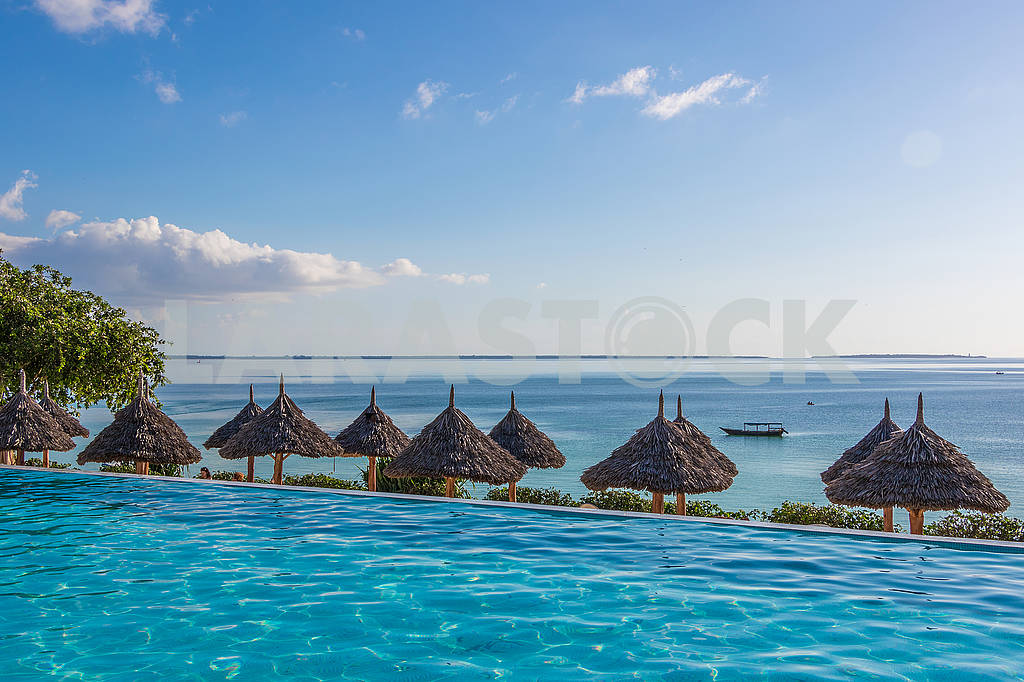 Thatched beach umbrellas — Image 65686