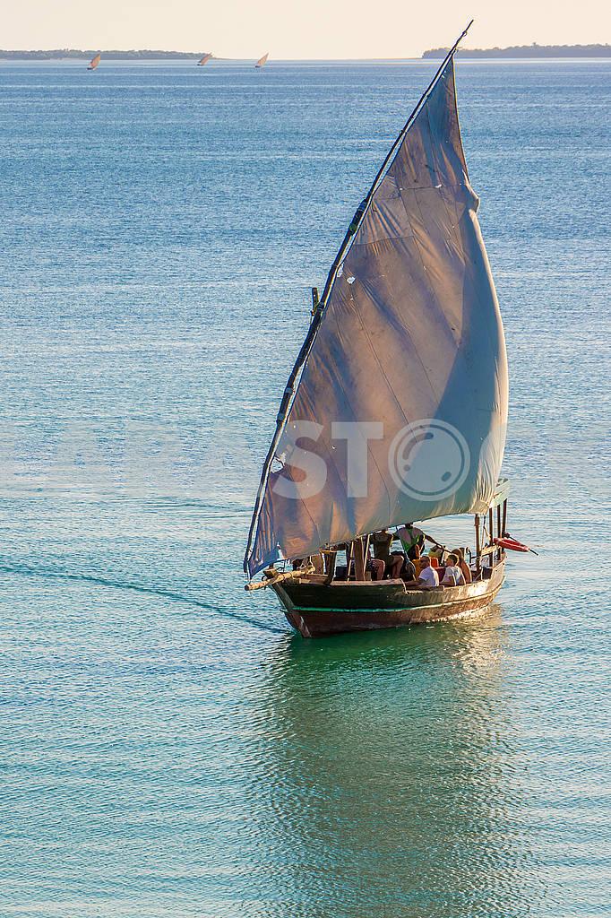 Sailing boat in the ocean — Image 65691