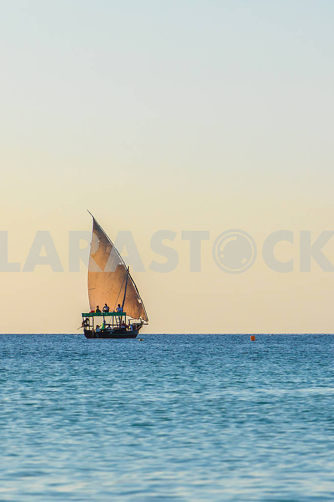 Sailing boat in the ocean — Image 65695