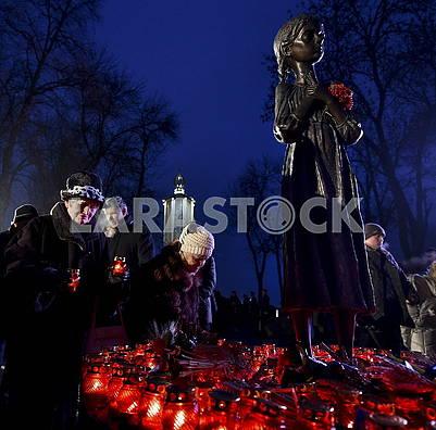 Люди ставят свечи