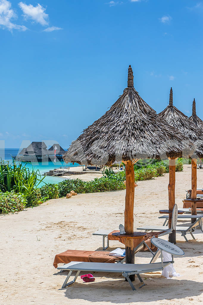Sun beds and straw umbrellas — Image 65759