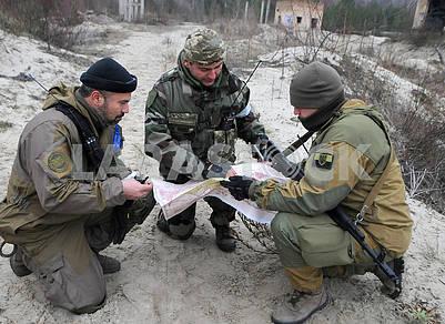 Участники учений с картой