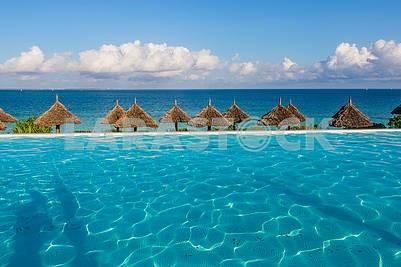 Бассейн и пляжные зонты