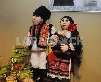 Dolls in Moldovan clothes