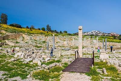 Туристы осматривают развалины