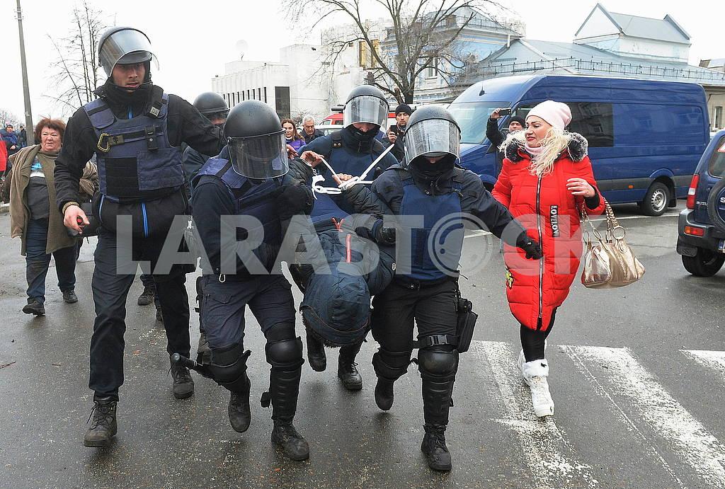Полиция задерживает протестующего — Изображение 66198