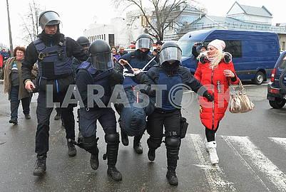 Полиция задерживает протестующего