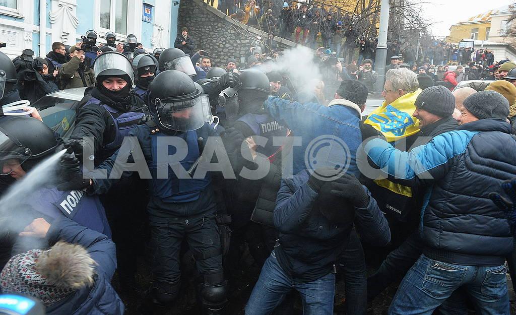 Полиция распыляет слезоточивый газ — Изображение 66199
