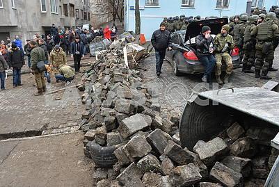 Люди строят баррикады на Трехвятительской улице