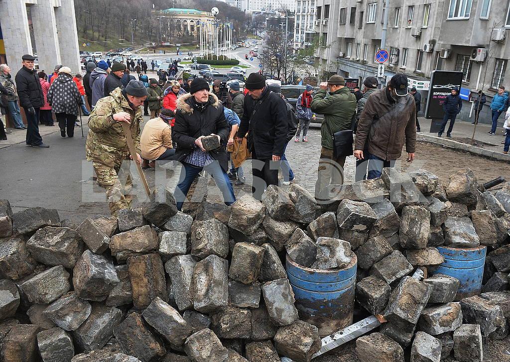 People build barricades on Trehviatitelskaya street — Image 66201