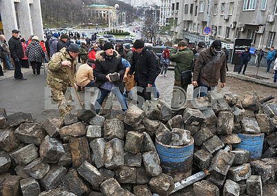 People build barricades on Trehviatitelskaya street