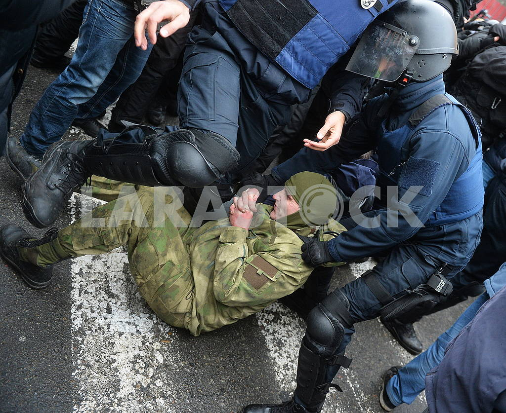 Police detains protesters — Image 66209