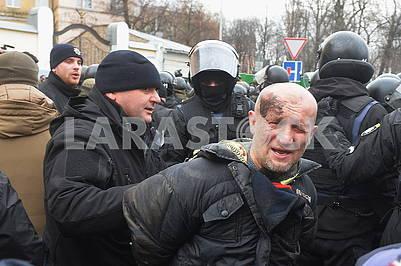 Полиция задерживает протестующих