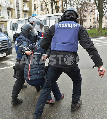 Police detains protesters