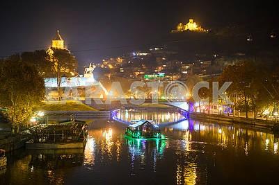 Вид на Куру и ночной Тбилиси