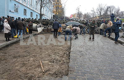 People dismantle the pavement on Trehviatitelskaya Street